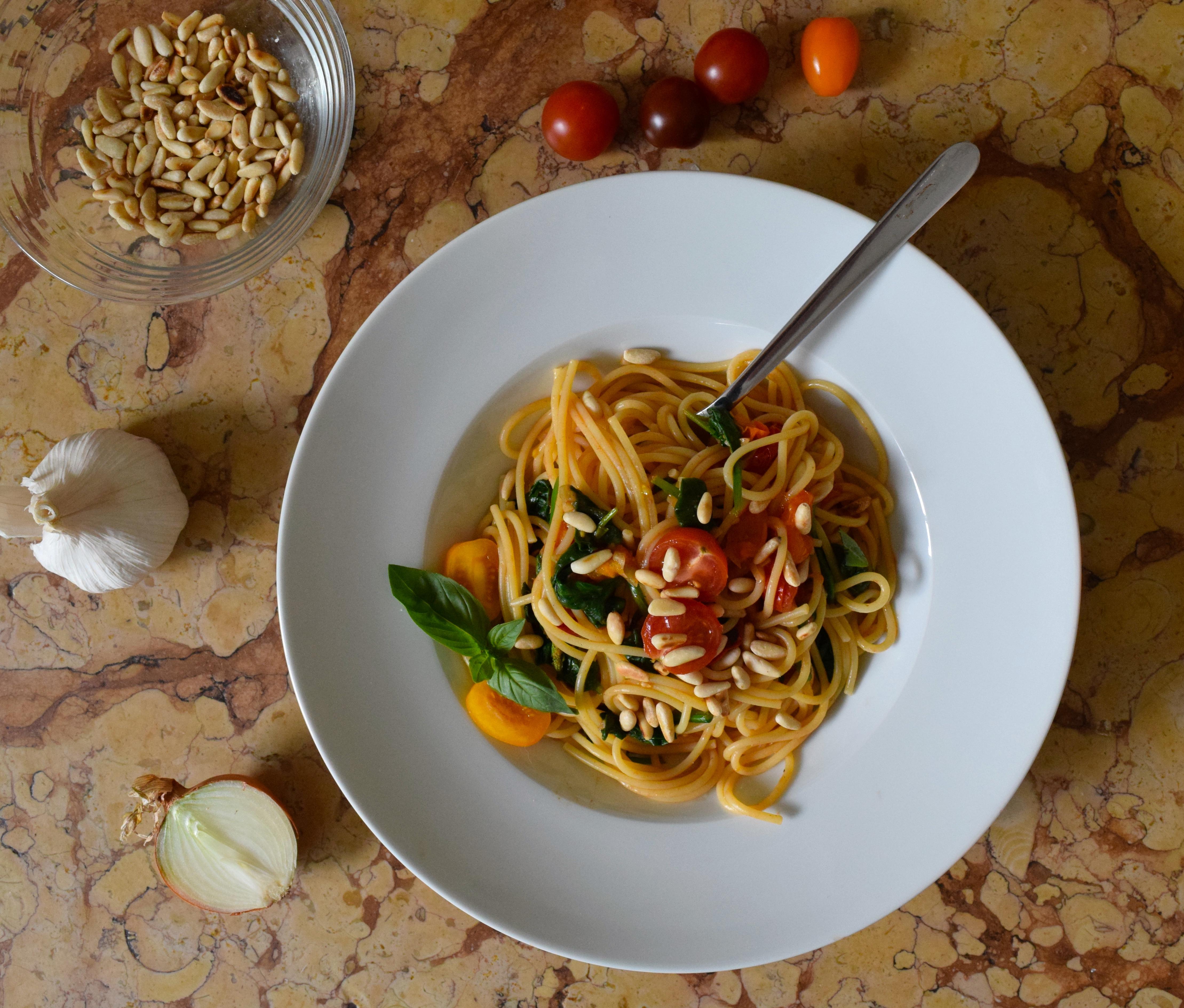 Spaghetti mit Spinat, Cherry-Tomaten und gerösteten Pinienkernen